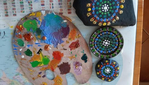 Obrazek newsa Tęczowe malowanki na kamieniach lub zakrętkach